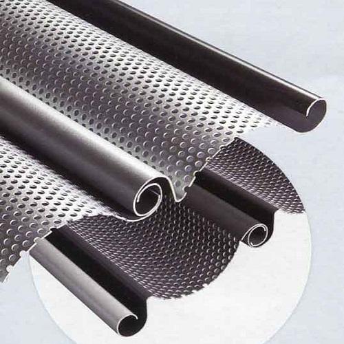 این تیغه ها که بصورت تک جداره تولید می شوند بر خلاف تیغه های آلومینیوم و گالوانیزه که 2 جداره هستند به صورت تک جداره تولید و عرضه می شوند. تک جداره بودن تیغه های کرکره فولادی به دلیل اینکه ورق مورد استفاده در این نوع تیغه ها از ضخامت بالایی برخوردار است می تواند استحکام بسیار مناسبی برای درب کرکره ایجاد کند. این نوع تیغه های فولادی مقاومت بسیار خوبی نسبت به ضربات وارده به درب دارند و یکی از مهمترین مزایای این نوع تیغه ها خاصیت ضد سرقت بودن آنهاست.